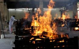 """Nhân viên hỏa táng Ấn Độ kiệt sức vì lửa thiêu, thốt lên """"Virus đang nuốt chửng chúng tôi như 1 con quái vật"""""""