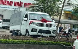 Lái thử trong lễ bàn giao xe tải, tài xế lao thẳng lên dải phân cách - hiện trường khiến tất cả ngán ngẩm