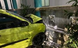 Vào bệnh viện thăm người thân, tài xế ô tô đạp nhầm chân ga tông xe cấp cứu khiến 3 người trọng thương