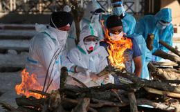 """Trời đêm rực sáng vì hỏa táng: Người Ấn Độ cay đắng van xin khí thở, mạng sống tính bằng đơn vị """"bình oxy"""""""