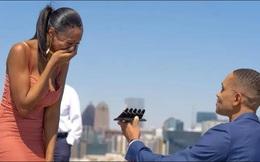 Món quà cầu hôn quen thuộc nhưng cách tặng của chàng trai khiến cô gái bất ngờ và lập tức đồng ý