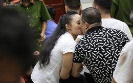 """ẢNH: """"Ông trùm"""" ma túy Văn Kính Dương và người tình Ngọc Miu tay nắm chặt tay, hôn nhau thắm thiết trước giờ tuyên án"""