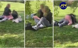 Đưa con đi công viên, bà mẹ giật mình chứng kiến cảnh tượng không thể tin nổi bên cạnh
