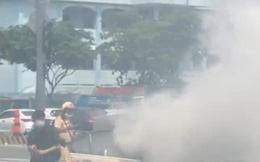 Xế hộp BMW bốc khói nghi ngút trên phố