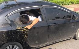 Thanh niên thò đầu ra ngoài cửa xe, cảnh tượng sau đó khiến cả con phố thất kinh