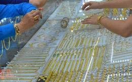 Giá vàng hôm nay 30-4: Giảm sốc, nhà đầu tư bán tới 23,4 tấn vàng