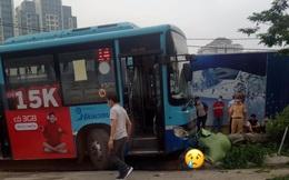 Hà Nội: Xe buýt lao lên vỉa hè húc đổ cây, đâm chết người đi bộ