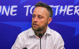 HLV Mano Polking lý giải về lý do các ngoại binh giành quyền sút penalty với Lee Nguyễn