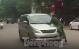 Lao ô tô vào tổ tuần tra rồi bỏ chạy, cảnh sát phải đu bám trên nắp ca pô hàng trăm mét