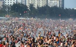 Người dân đổ dồn về bãi biển dịp nghỉ lễ: Chuyên gia khuyến cáo gì?