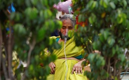 Giữa ranh giới sinh tử, cảnh sát Ấn Độ yêu cầu bệnh nhân Covid-19 ngồi dưới gốc cây để tăng ôxy