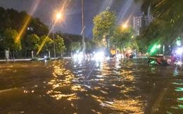 Hà Nội ngập sâu trong biển nước sau cơn mưa lớn đầu mùa