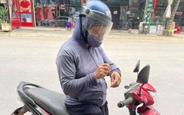 """Người phụ nữ chân lấm tay bùn chở 30kg gạo đến vùng bị cách ly: """"Cô chẳng có gì ngoài gạo để ủng hộ cả"""""""