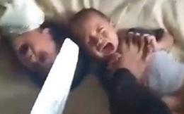 Bố giẫm chân lên cổ con nhỏ, cầm dao dọa giết mặc 2 đứa trẻ gào khóc thảm thiết, nguyên nhân bắt nguồn từ sự bất mãn đáng trách