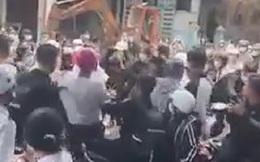 Một nhóm học sinh đánh nhau khi vừa tan trường