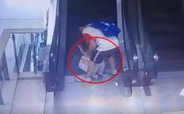 Bố mải buộc dây giày, bé trai 1 tuổi ngã sấp mặt vào thang cuốn trung tâm mua sắm, 3 ngón tay bị kẹt đứt lìa