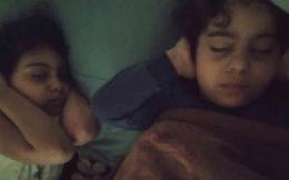 """Bức hình gây ám ảnh ở dải Gaza: Hai đứa trẻ bịt tai ngủ giữa """"bão"""" rocket"""