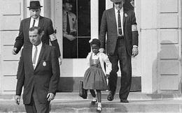 Bé gái phá bỏ hệ thống phân biệt chủng tộc trong trường học