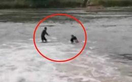Xả thân nhảy xuống nước cứu người, người đàn ông sốc không nói thành lời khi nhìn thấy nạn nhân, chỉ biết ôm mặt khóc tức tưởi