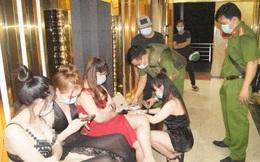 """Quán karaoke khóa cửa cuốn, có người cảnh giới, bên trong 95 khách hát """"tưng bừng"""" bất chấp dịch Covid-19"""