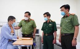 Giám đốc Công an TP Hà Nội trao tặng giấy khen cho tài xế taxi dũng cảm bắt cướp