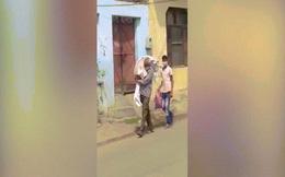 Video: Người đàn ông vác thi thể con gái 11 tuổi trên vai, đi hỏa táng ở Ấn Độ