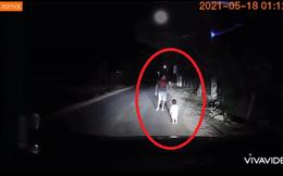 Bé 2 tuổi lang thang một mình giữa đường lúc 1 giờ sáng, tài xế gõ cửa từng nhà tìm bố mẹ