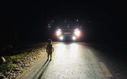 """Bé 2 tuổi lang thang giữa đường lúc 1 giờ sáng: """"Bố mẹ đi làm cả ngày mệt, ngủ quên đóng cửa"""""""