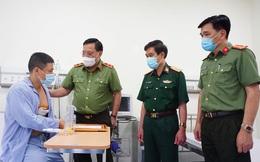 Giám đốc Công an TP Hà Nội trao tặng giấy khen cho nam thanh niên cùng tài xế taxi dũng cảm bắt cướp