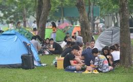 Dân Thủ đô đổ xô tới công viên Yên Sở cắm trại: Hiếm hoi mới thấy người đeo khẩu trang