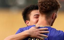 Duy Mạnh thơm má ngoại binh ghi bàn cho Hà Nội FC