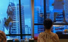 """Màn hỏi cưới """"đứng tim"""" người xem nhất: Chàng trai đu dây ở tầng 17 cầu hôn bạn gái"""