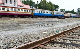 Hai anh em phát hiện vật lạ giữa đường ray liền tới xem, nhờ vậy một tính mạng được cứu sống
