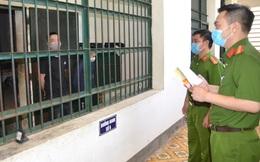 Cử tri vừa tròn 18 tuổi nghe tuyên truyền qua song sắt và bỏ phiếu bầu cử trong trại tạm giam