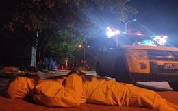 Tâm sự nghẹn lòng của nhân viên y tế mặc bảo hộ chống dịch Covid-19 nằm ở vệ đường