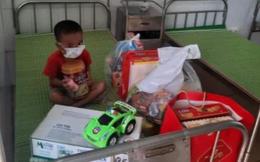 Bé 4 tuổi nhiễm Covid-19 ôm bình sữa ngồi một mình trên giường bệnh khiến nhiều người xót xa