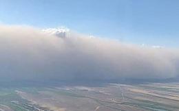 Khoảnh khắc máy bay gặp bão khiến hành khách ''hét lên sợ hãi''