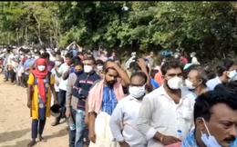 Hàng nghìn người Ấn Độ xếp hàng nhận 'thuốc thần chữa COVID-19'