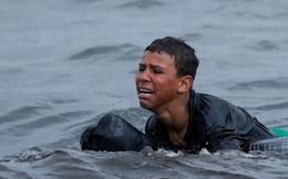 Câu chuyện nhói lòng về cậu bé di cư bật khóc giữa biển nước mênh mông gây chấn động: ''Cháu thà chết chứ không muốn quay về''