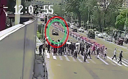 """Video: Ô tô vượt đèn đỏ lao """"như điên"""" vào dòng người ở TQ, húc nhiều người văng lên cao"""