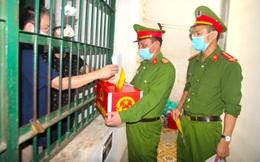 """Những cử tri """"đặc biệt"""" trong ngày bầu cử ở Nghệ An, Hà Tĩnh"""