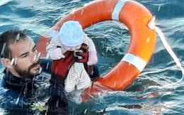 Người trong cuộc kể về bức ảnh em bé sơ sinh trong đoàn di cư được cứu từ biển: ''Đứa trẻ lạnh cóng, không cử động''