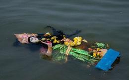 MXH lan truyền hình ảnh người dân Ấn Độ ném bỏ tượng thần nổi lềnh bềnh trên mặt nước vì không chữa được Covid-19, thực hư ra sao?