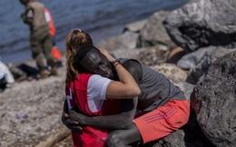 7 ngày qua ảnh:  Nữ tình nguyên viên ôm người di cư châu Phi