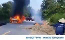 Ba người thoát chết, kịp thời nhảy ra khỏi chiếc ô tô bốc cháy dữ dội