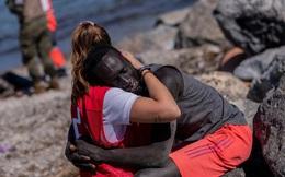 Đăng tải bức ảnh ôm người di cư da màu, nữ tình nguyện viên ''gây bão'' MXH nhưng bị đay nghiến đến mức phải khóa tài khoản vì lý do không ngờ