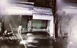 Trích xuất camera, thấy cảnh người đàn ông dùng xăng châm lửa đốt nhà 1 phụ nữ trong đêm ở Sài Gòn