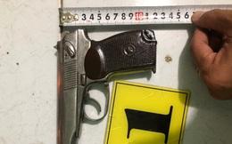 """Thủ súng K59 và 15 viên đạn trong túi quần đi gặp """"đối thủ"""", bị người dân báo công an"""