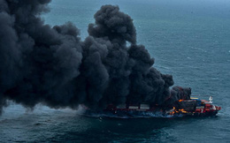 24h qua ảnh:  Tàu chở hàng bốc cháy dữ dội trên biển