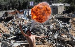 24h qua ảnh:  Người Palestine trình diễn thổi lửa trên đống đổ nát